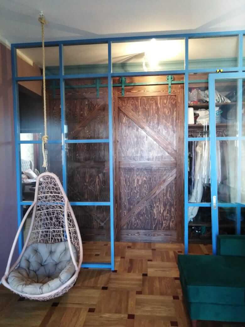 Алюминиевая перегородка со стеклом в квартире