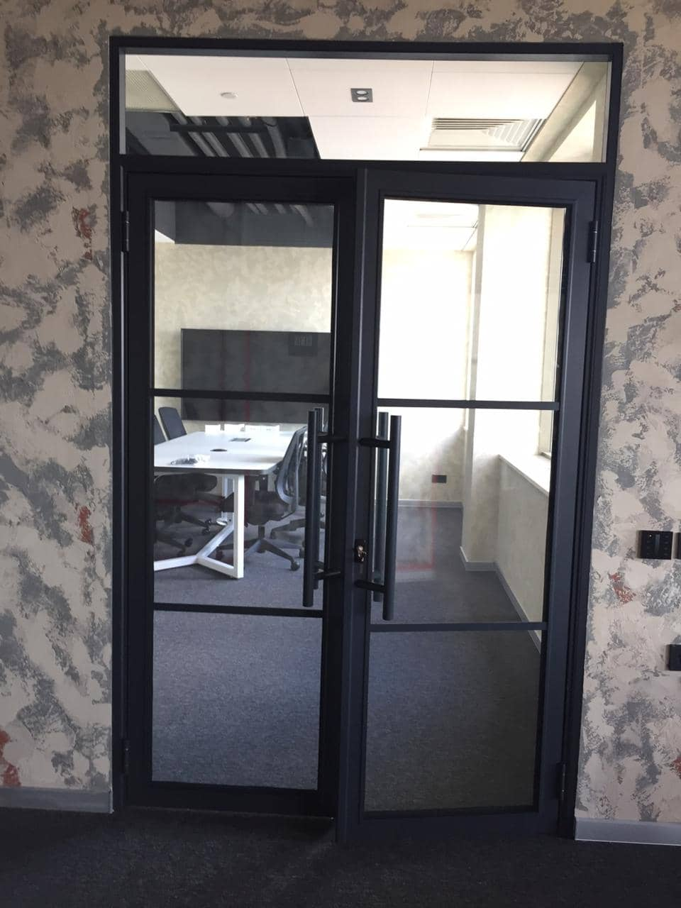 Click to enlarge image alyuminievye-chernye-dveri-so-steklom-v-stile-loft-1.jpeg
