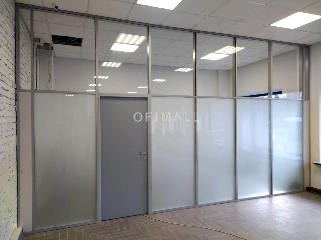 Каркасная стеклянная перегородка с глухой дверью