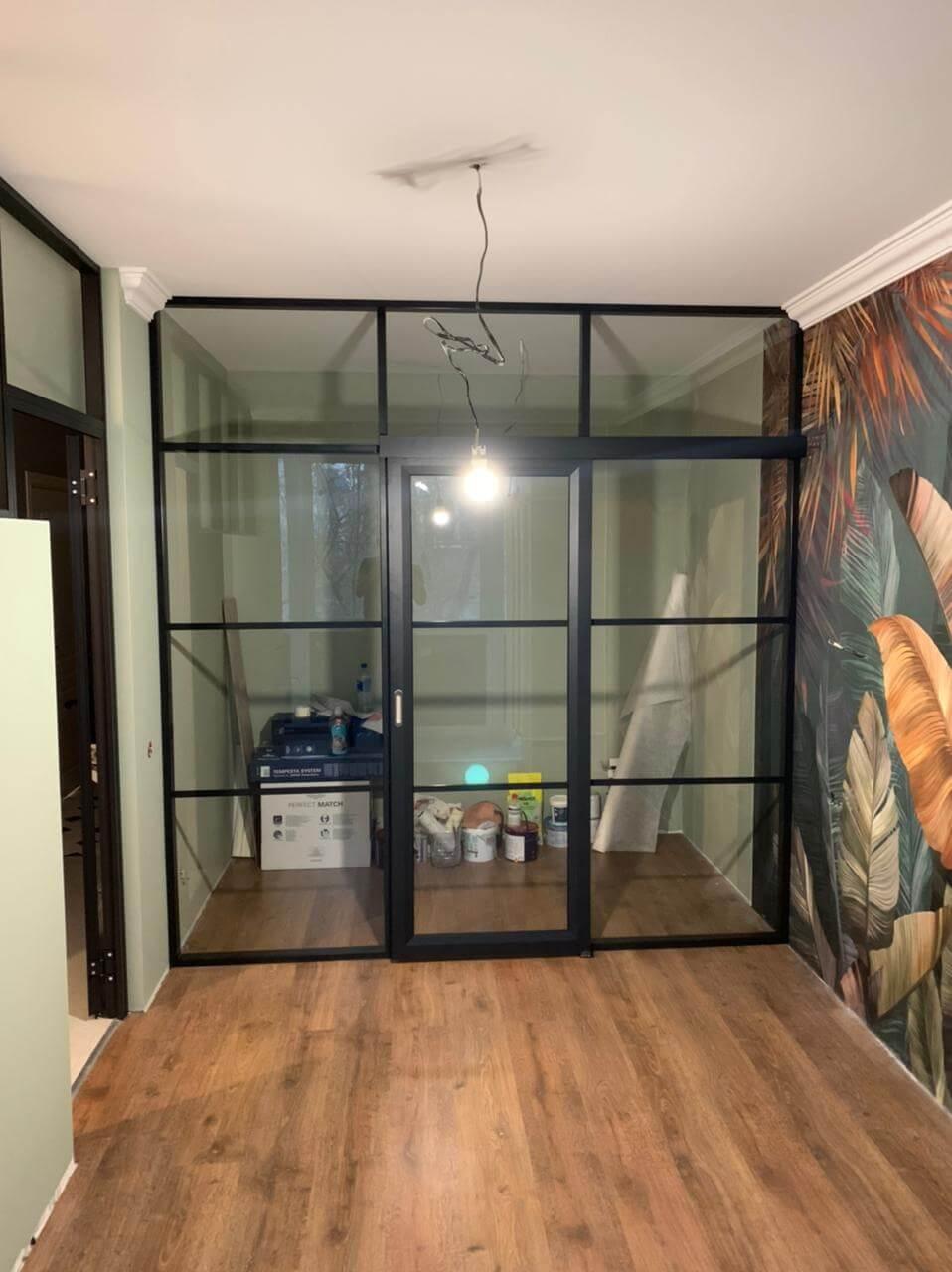 Межкомнатная перегородка со стеклом в квартире