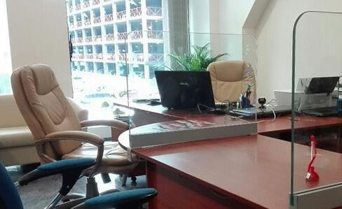 Настольные офисные стеклянные экраны