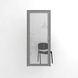Остекленная офисная дверь с жалюзи